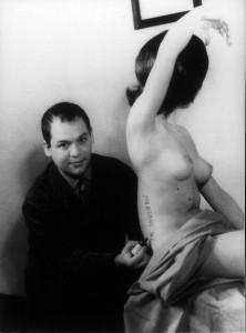 Piero Manzoni firma la sua opera, una modella in carne ed ossa