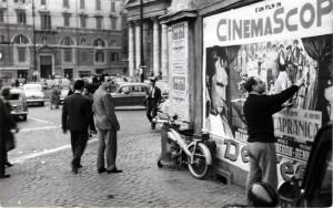 """Mimmo Rotella a Roma """"stacca"""" i manifesti cinematografici"""