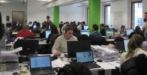 Una sala con gli operatori di Groupon al lavoro