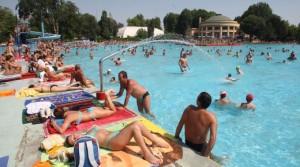 Una piscina molto frequentata