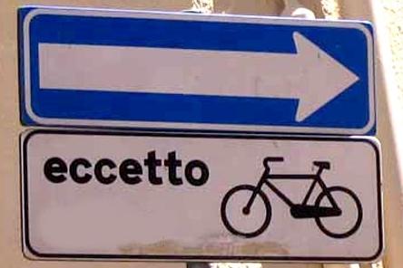 Sapessi come è strano pedalare contromano a Milano