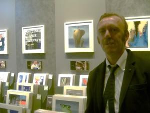L'artista Carlo Trevisan accanto allo spazio dedicato alle sue opere