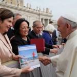 Nelle mani di Papa Francesco il messaggio contro l'osteoporosi