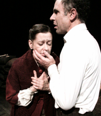 Una scena dell'opera teatrale con Gonzalo (Mario sala) e la madre (Monica Bonomi