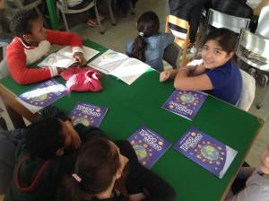 Bambini che giocano con il manuale