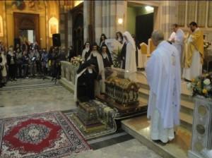 Il bacio delle suore di clausura del Carmelo alle urne reliquiarie da parte