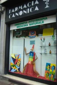 Pinocchio, simbolo di pace, nella vetrina della Farmacia