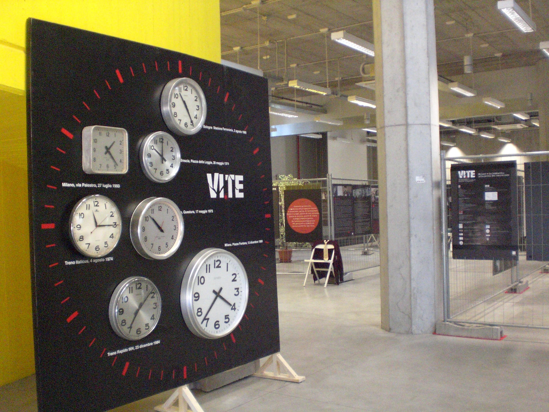 Gli orologi per indicare l'ora e i  luoghi delle stragi terroristiche