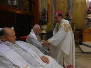 Mons. M.Delpini allo-  cambio della pace con don E.Bernardi e don Kraus ospiti dell'Istituto