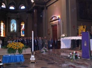 La bara di Giovanni Bianchi davanti all'altare