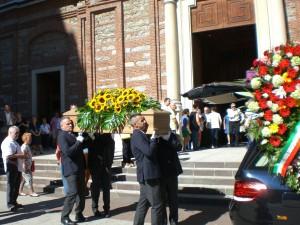La bara all'uscita dalla Chiesa di Santo Stefano
