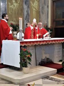 Monsignor M. Delpini eleva l'Ostia alla consacrazione