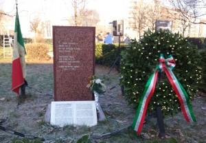 Il monumento e la targa prima dell'oltraggio