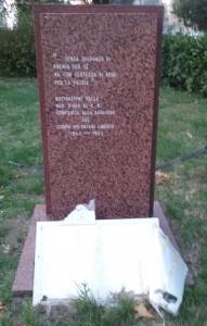 Particolare del monumento oltraggiato