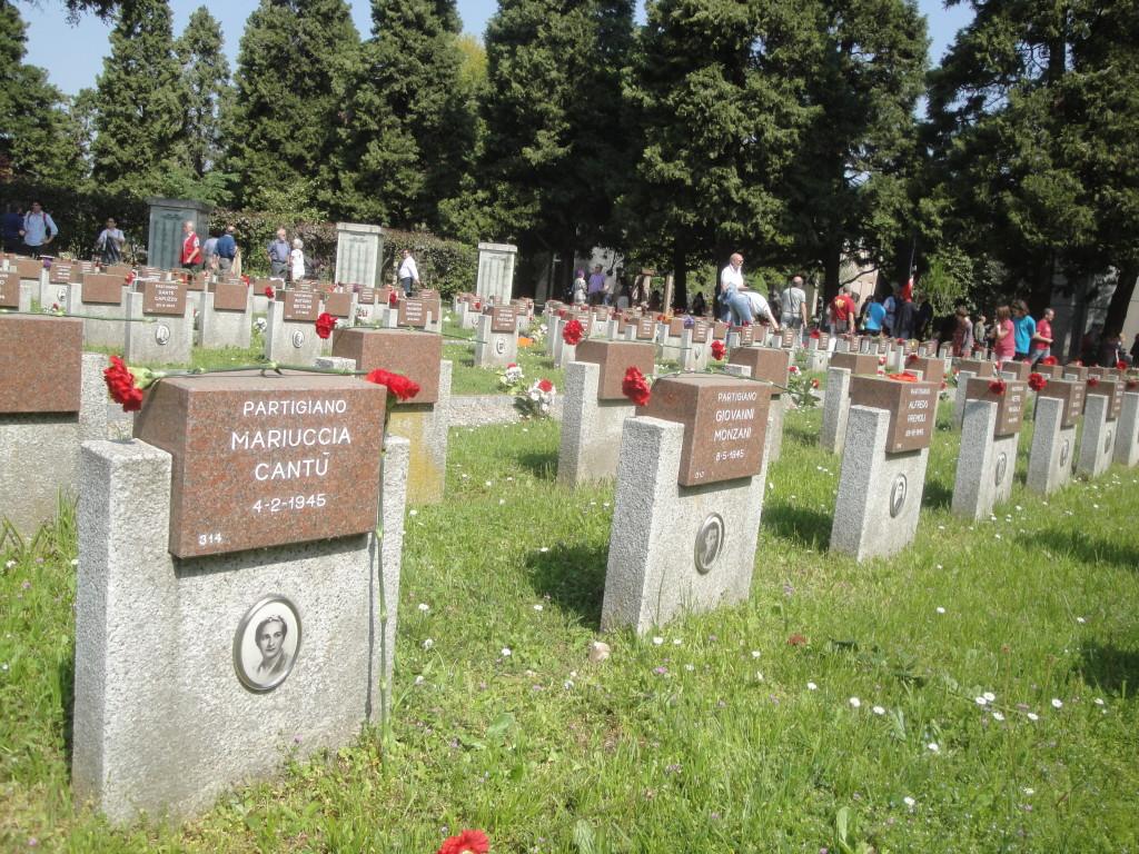 I fiori posati sui monumenti dei Partigiani
