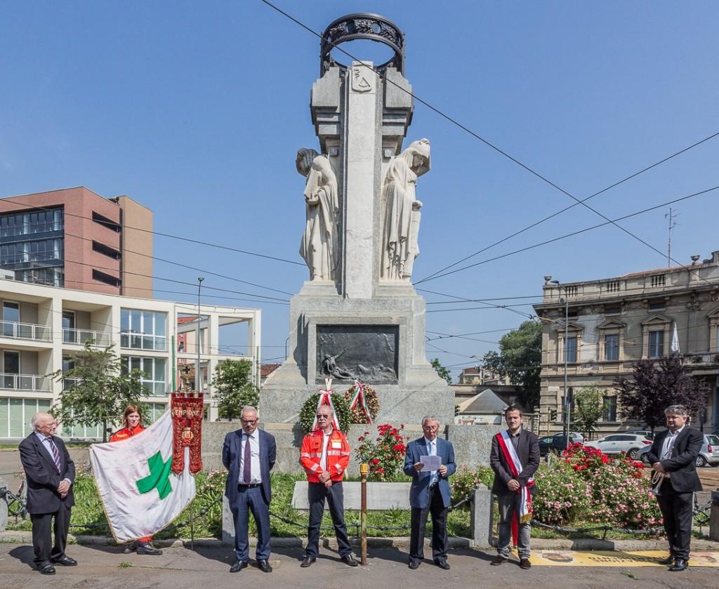 Intervento di A. Barbalinardo davanti al monumento