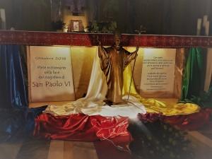 La statua di Paolo VI davanti all'altare dell'istituto Palazzolo