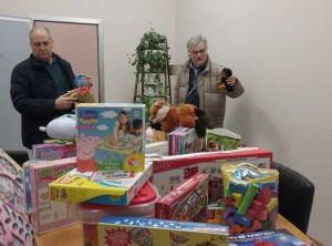 I volontari raccolgono i giocattoli
