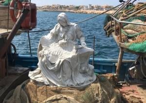 La Pietà di Fabio Viale portata a Lampedusa su un peschereccio con le spalle rivolte alla costa libica
