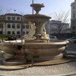 MILANO: LA CARATTERISTICA FONTANA NELLA PIAZZA OMONIMA