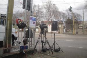Macchine di cine operatori davanti all'Ospedale Sacco.