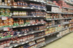 04 Scaffali di un supermercato del territorio.