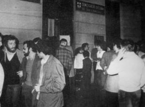 Cittadini davanti alla Sezione di via Mottarone (1°aprile 1980)