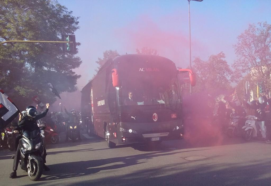 04 L'arrivo del pulman del Milan.